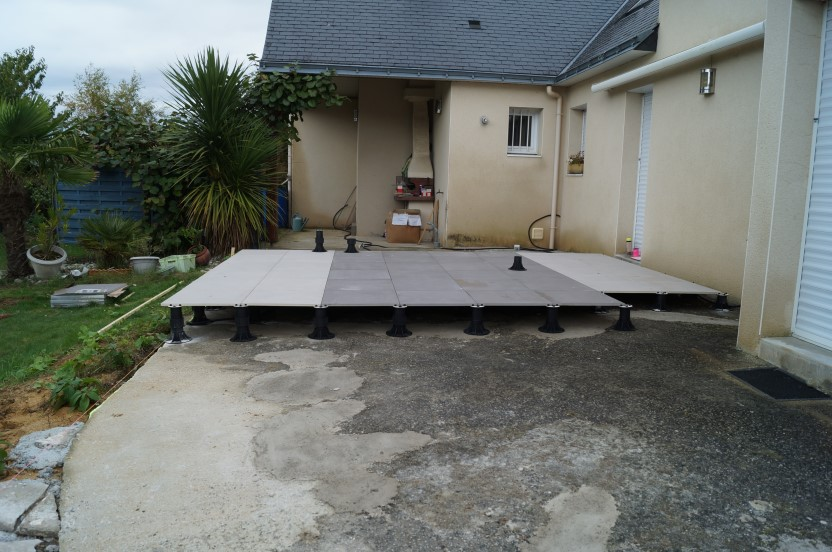 Terrasse carrelage artisan menuisier la baule gu rande for Pose dallage exterieur